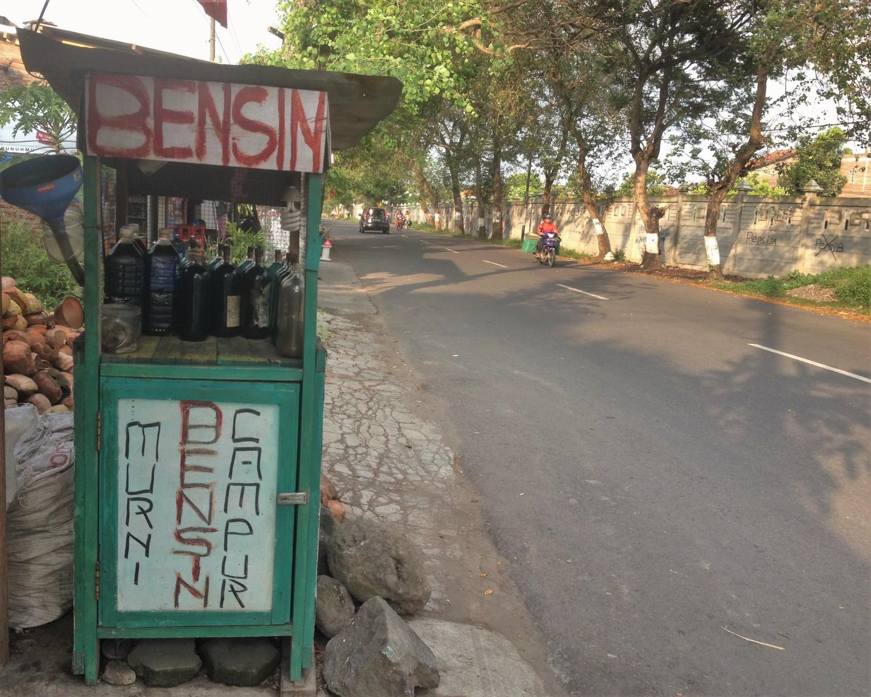 Bensin abastacendo a moto em Bali
